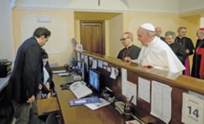 påven checkar ut