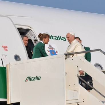 Påven bordar planet på Ciampino-flygplatsen. Foto: Pontifical Council for Social Communications from the Holy See @PCCS_VA