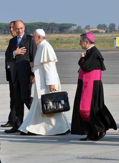 Påven på väg till planet. Obs att han bär sitt eget handbagage. Foto: Pontifical Council for Social Communications from the Holy See @PCCS_VA