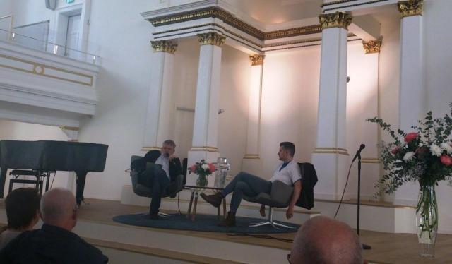 Flera seminarier hölls under förmiddagen. I den nyrenoverade Folkungakyrkan intervjuade Stefan Swärd Marcus Birro.