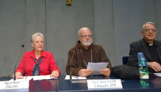 Marie Collins, kard O´Malley och  Vatikanens pressekreterare vid presskonf med kommitén för skydd av barn.