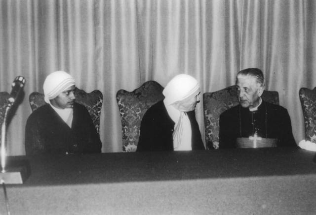 Kardinal Suenens i samspråk med Moder Teresa under den karismatiska konferensen i Rom 1984