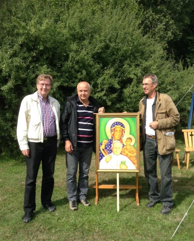 Jag och Adam Wesolowski flankerar Andrzej Majewski med årets ikon på Marielund.