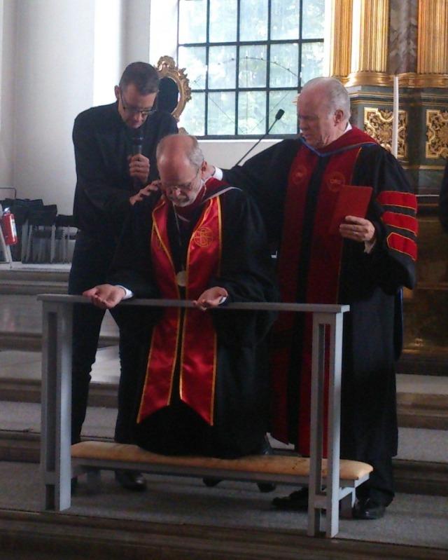 Hans Weichbrodt och Mark Rutland i förbön för nye rektorn för Skandinavisk Teologisk högskola Anders Gerdnmar