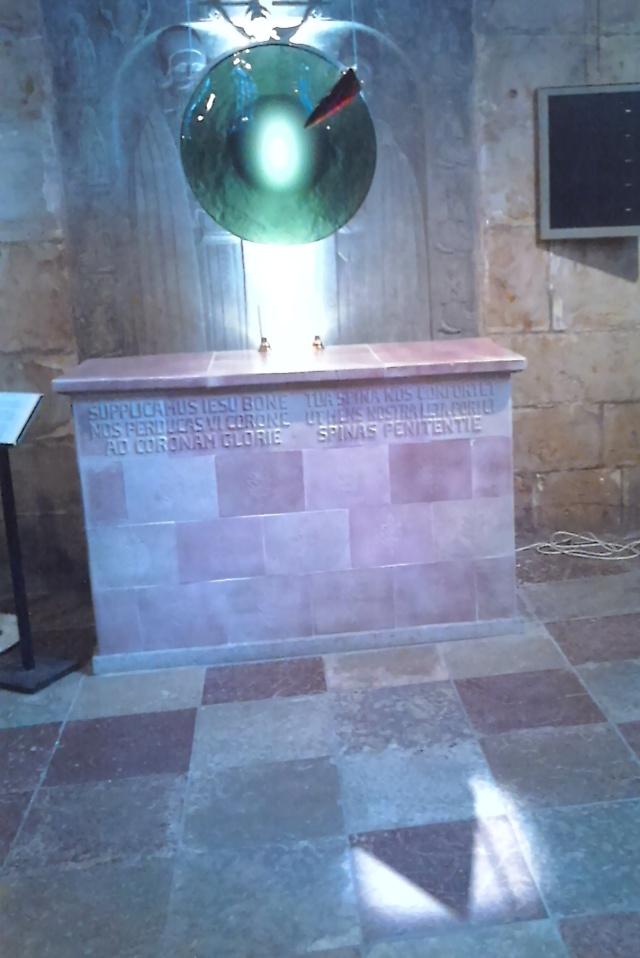 I Skara domkyrka fanns innan reformationen biskop Brynolfs relikskrin samt en törntagg ur Kristi törnekrona som försvunnit efter reformationen. Vid 1000-årsjubileet av Skara stift nyligen firades även katolsk mässa med törntaggsliturgin författad av biskop Brynolf. Vid jubileet invigdes en skulptur av böhmisk kristall av konstnären ss som symboliserar törntaggen. Foto: Maria Malmgren