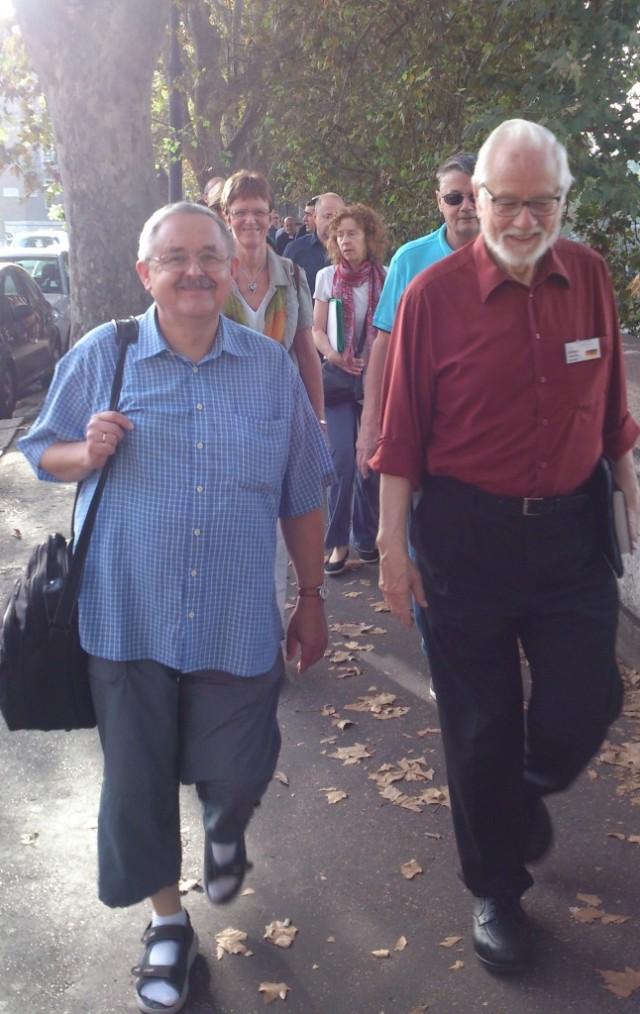 Den dagliga promenaden från hotellet till möteslokalen. Pastor Lajos Racz från Ungern och Ortwin Schweizer från Tyskland i täten