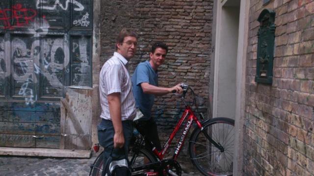 Peter från Sverige och Attila från Ungern på väg in i möteslokalen, en baptistkyrka i Trastevere