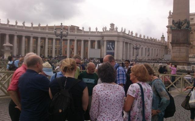 Under bönevandring i staden gick en grupp till Peterswkyrkan. Bön för enhet bland de kristna