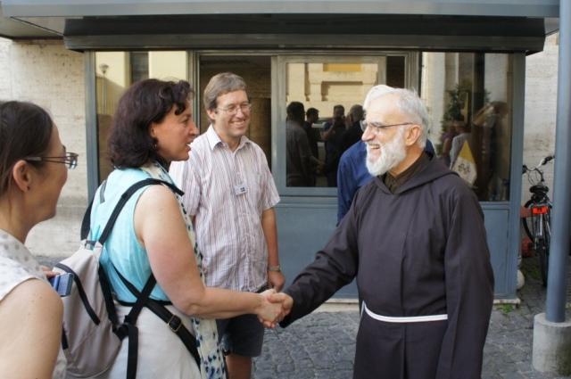 Fader Raniero Cantalamessa hälsade på besökarna