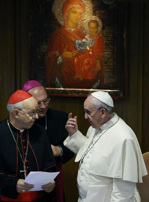 Påve Franciskus i diskussion med några av kardinalerna vid synoden om familjen i oktober 2014. Foto: Catholic News Service.