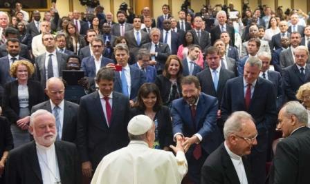 På detta foto taget i slutet av dagen ses påve Franciskus hälsa på Roms borgmästare Ignazio Marino. Vår Karin Wanngård syns också på bilden. (AP)