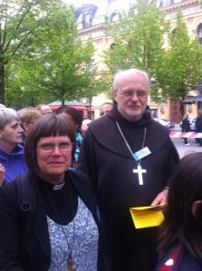 Karin Wiborn o Anders Arborelius i bönevandringen genom Stockholms city, Jesusmanifestationen 2013. Foto: Sten-Gunnar Hedin
