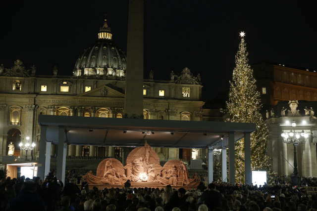VATICAN CHRISTMAS TREE SAND NATIVITY